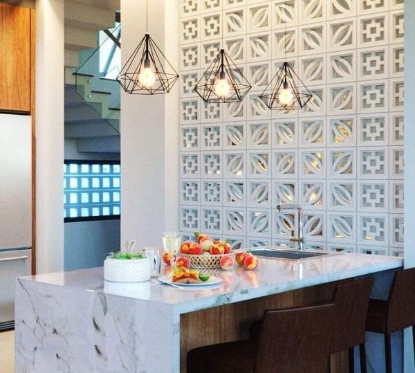 Gạch hoa gió sử dụng làm vách ngăn phòng khách và phòng bếp