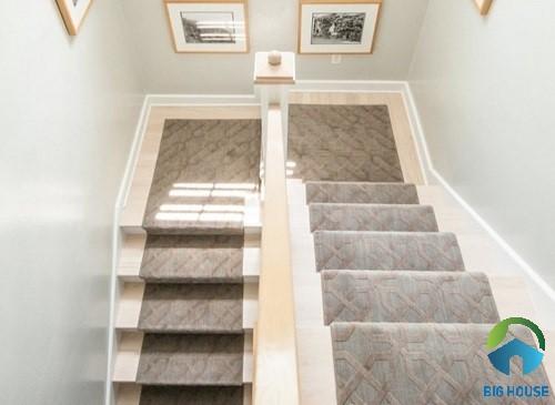 mẫu cầu thang có chiều nghỉ lát bằng gạch giả đá