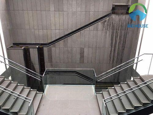 Gạch ốp trang trí vách cầu thang màu xám dạng thẻ