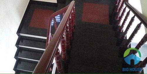 Mẫu cầu thang sử dụng gạch có màu đỏ đô