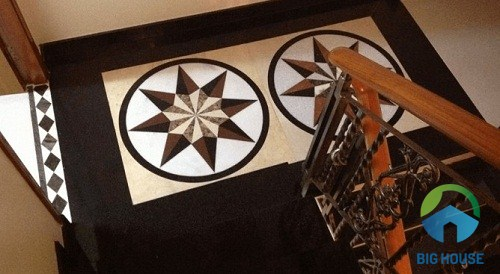 Dùng 2 viên gạch thảm với họa tiết trang trí nổi bật có tông màu sáng