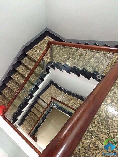 Mẫu cầu thang 2 chiếu nghỉ vân đá sang trọng cho nhà biệt thự