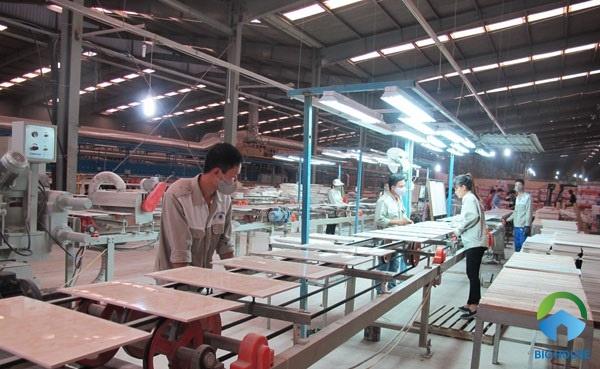 Quy trình sản xuất gạch ceramic được thực hiện theo dây chuyền