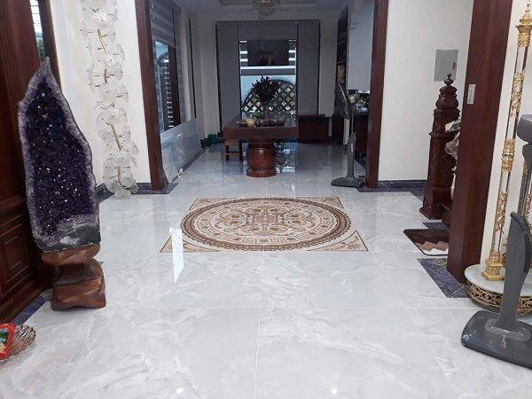 Mẫu gạch lát nền phòng khách nhà ống men bóng hiện đại