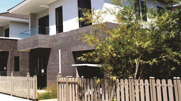 Mẫu gạch thẻ ốp mặt tiền màu nâu Inax cho không gian ngoại thất
