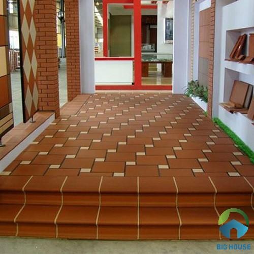 Gạch bậc thềm cotto kết hợp cùng gạch gốm lát nền khu vực hành lang