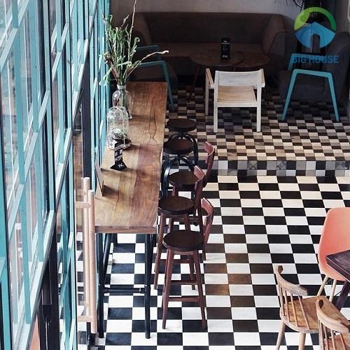 Gạch lát quán cafe lát đan xen 2 màu đen - trắng