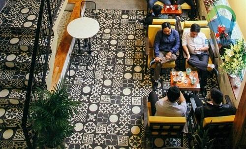Gạch bông lát quán cà phê tông màu đen trắng