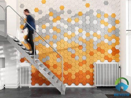 Gạch mosaic màu vàng xen lẫn màu xám nổi bật cho quán cà phê