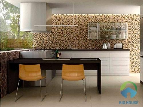 gạch mosaic ốp bếp gam màu vàng xen nâu kem