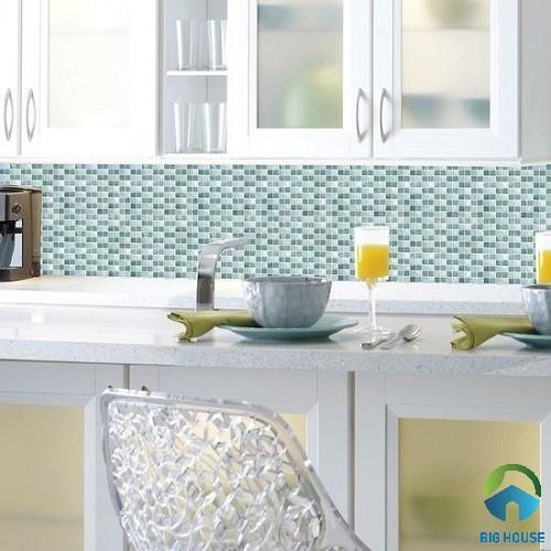 Mẫu gạch mosaic thủy tinh màu xanh nhạt ốp tường bếp sang trọng