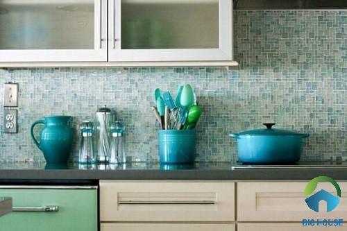 Gạch mosaic màu xanh kết hợp cùng đồ nội thất đồng tông hài hòa