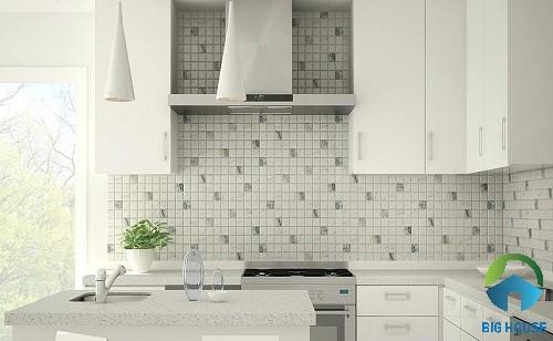 Gạch ốp bếp màu trắng kết hợp cùng màu xám