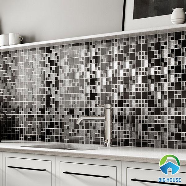 gạch mosaic màu xám - đen ốp tường nhà bếp
