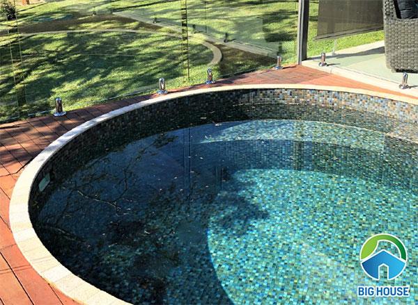 gạch mosaic màu xanh ngọc ốp bể bơi