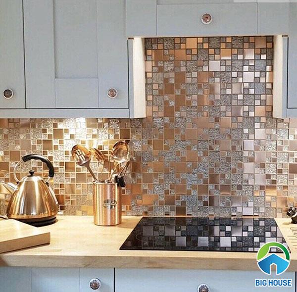 gạch mosaic thủy tinh màu vàng cho tường bếp