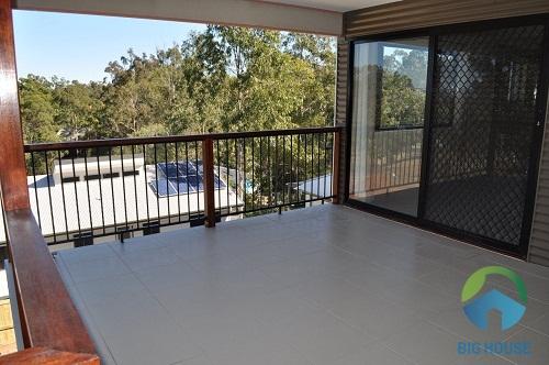 Gạch lát nền ban công cho kiểu nhà vườn vô cùng đơn giản với tông màu xám nhẹ