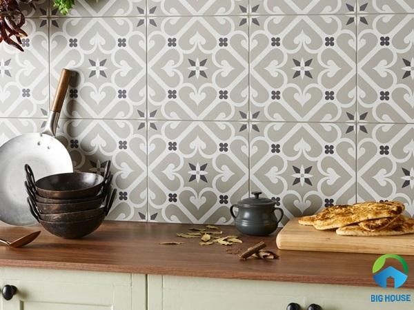 Gạch bông ốp tường bếp màu xám nhạt nhẹ nhàng