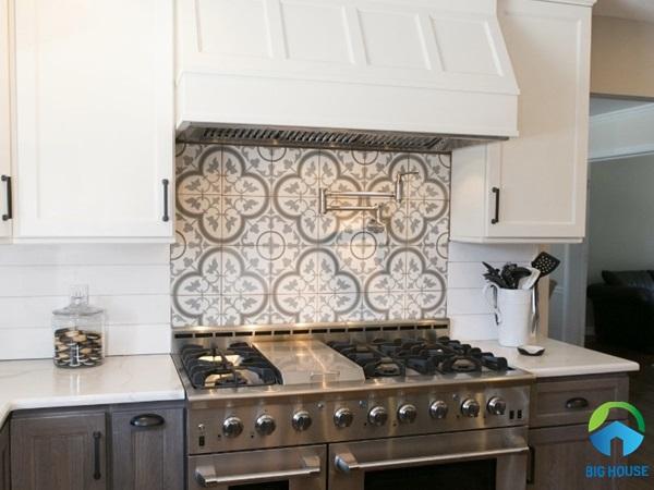 Gạch bông ốp tường họa tiết cổ điển cho khu vực nấu ăn