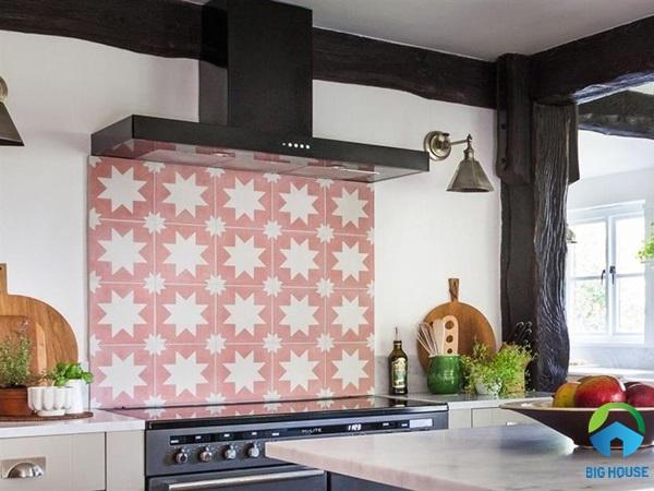 Gạch ốp bếp hoa văn màu hồng nhẹ nhàng
