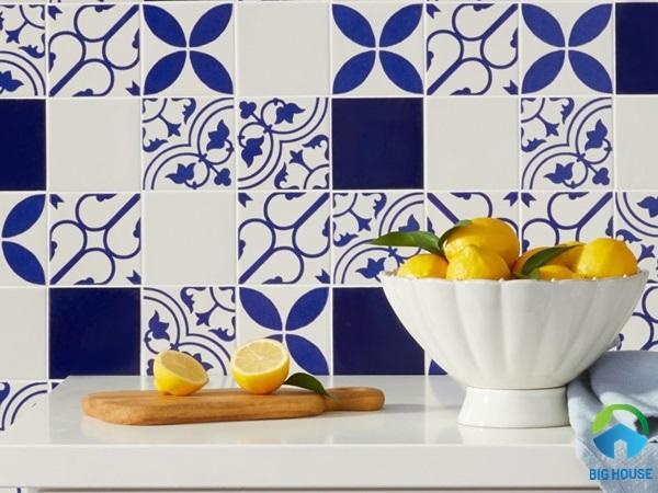 Gạch ốp bếp hoa văn họa tiết màu xanh đậm