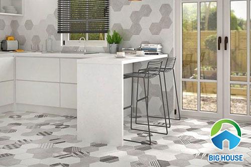 Ốp tường và lát nền nhà bếp bằng gạch bông lục giác tone màu xám với nhiều tông màu khác nhau