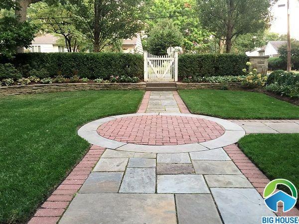 Cách lát gạch sân vườn theo lối đi