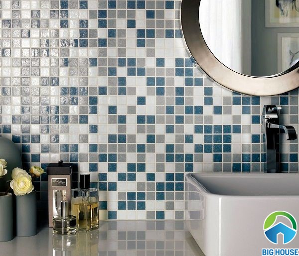 Gạch mosaic đa sắc mang đến cho phòng tắm vẻ đẹp sang trọng và độc đáo