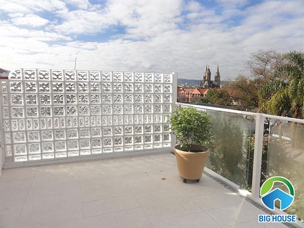 ốp tường rào sân thượng bằng gạch kính