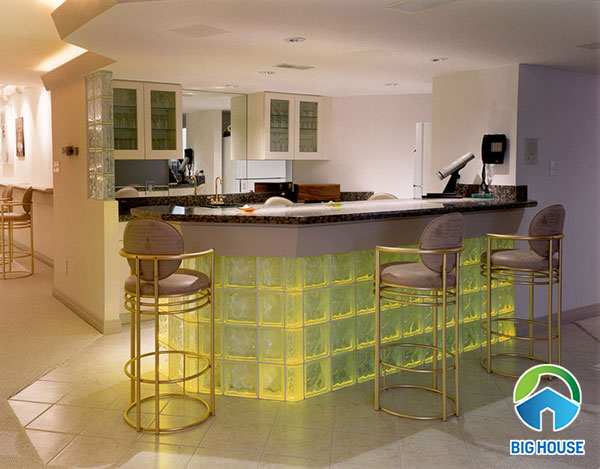 gạch kính màu vàng cho không gian phòng bar ấn tượng hơn