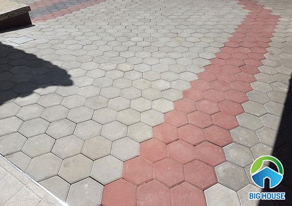 Kích thước gạch block lục giác tự chèn màu đỏ xen màu ghi lát vỉa hè