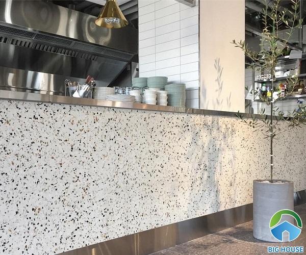 gạch terrazzo ốp tường quán cà phê có họa tiết và tông màu nhẹ nhàng