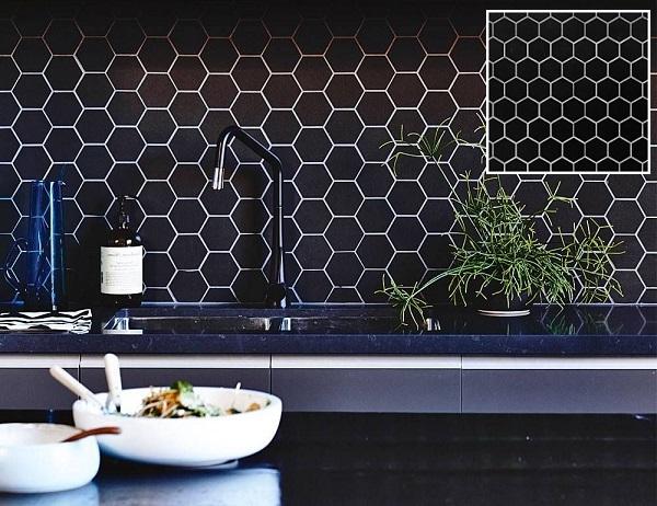 Gạch mosaic lục giác màu đen cho căn bếp hiện đại