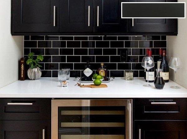 Mẫu gạch thẻ đen bóng cùng tông màu hài hòa với tủ bếp