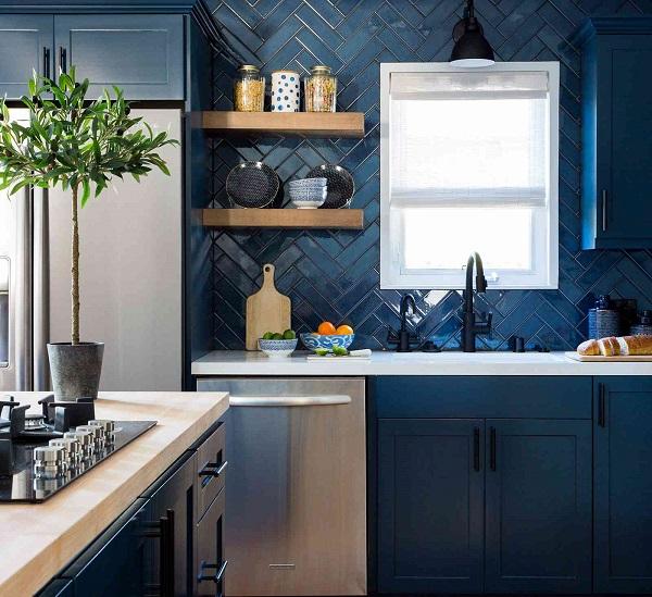 Mẫu gạch ốp tường màu xanh đậm sang trọng, bề mặt men bóng giúp vệ sinh dễ dàng hơn