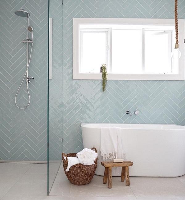 Gạch xương cá màu xanh nhạt cho không gian phòng tắm