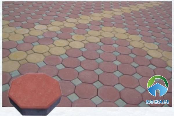 Kết hợp 2 mẫu gạch tự chèn 8 cạnh với 2 tông màu đỏ - vàng ấn tượng