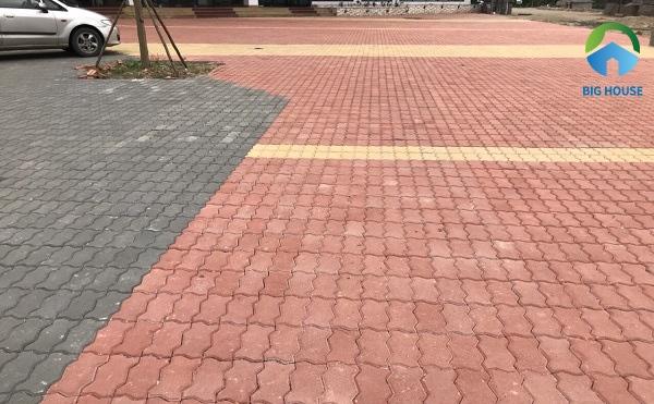 Gạch con sâu lát khu vực quảng trường cũng rất được ưa chuộng