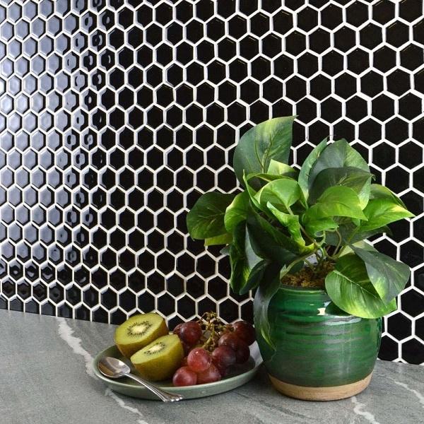 Gạch Mosaic lục giác đen bóng sang trọng cho không gian phòng khách