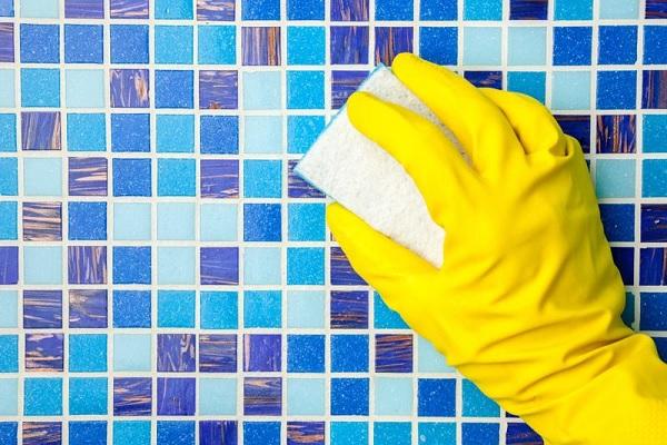 Vệ sinh sạch sẽ bề mặt gạch sau khi đã tiến hành xong