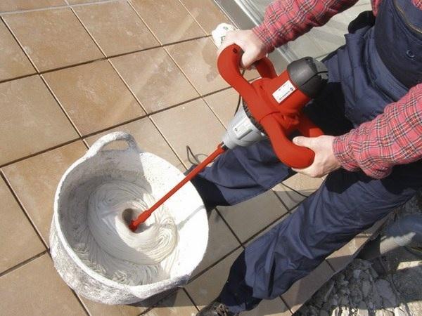 trộn keo dán gạch mosaic bằng máy
