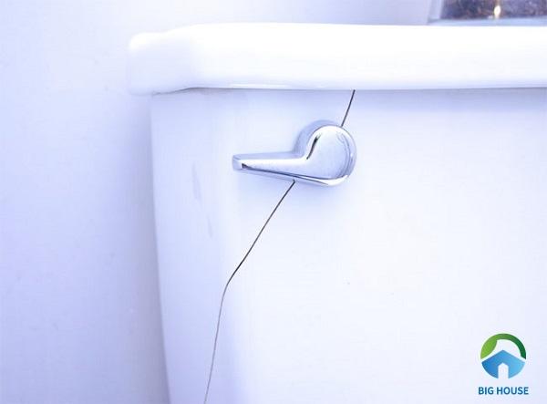 bệt vệ sinh bị rỉ nước do két nước bị hở