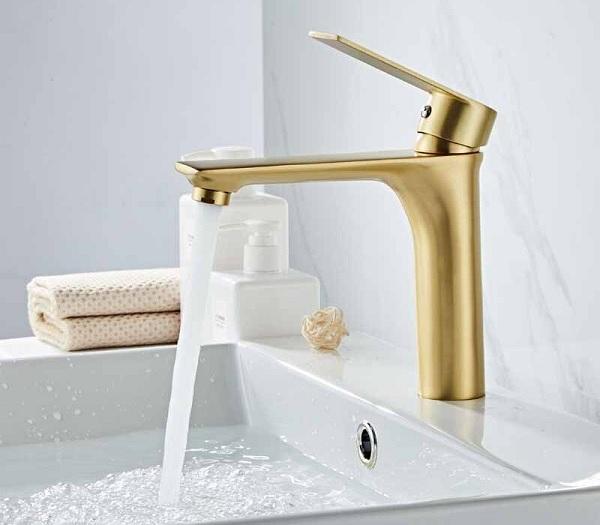 Thiết bị vệ sinh mạ vàng này là mẫu vòi chậu lavabo được thiết kế một cách rất tỉ mỉ