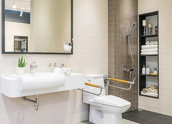 Sử dụng bồn cầu có tay vịn khi thiết kế nhà vệ sinh cho người già