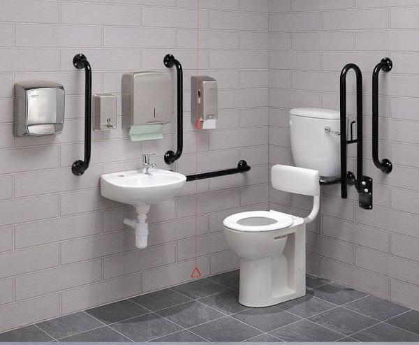 Khi thiết kế nhà vệ sinh cho người già có thể lắp đặt hệ thống tay vịn