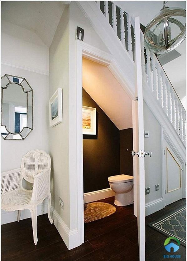 Tận dụng khoảng trống dưới gầm cầu thang để làm nhà vệ sinh