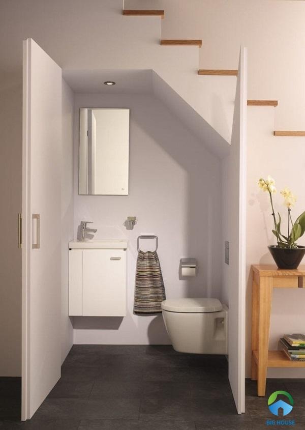 chỉ sử dụng các thiết bị phòng tắm cơ bản cho nhà vệ sinh dưới cầu thang