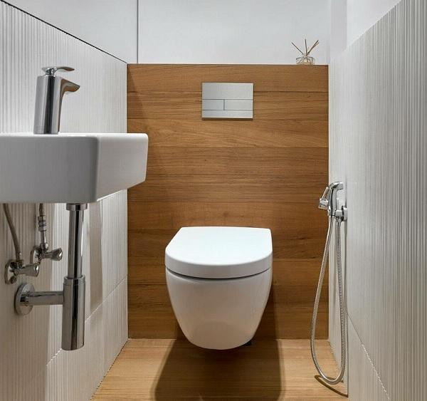 Thiết kế nhà vệ sinh nhỏ 1m2 bằng cách sử dụng gạch ốp tường sọc dọc để tạo chiều sâu