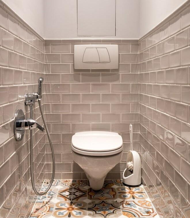 Sử dụng gạch thẻ tông xám và gạch bông lát nền cho nhà vệ sinh nhỏ