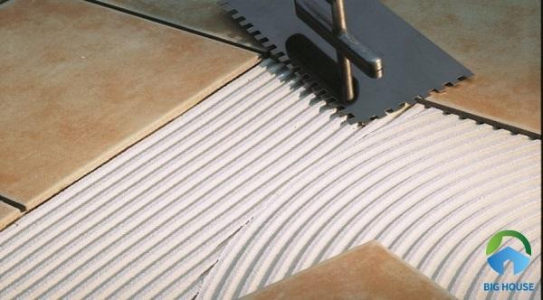Keo dán gạch giúp gạch bám chắc hơn vào tường và sàn nhà